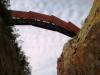 Brücke über einen Steinbruch von unten.